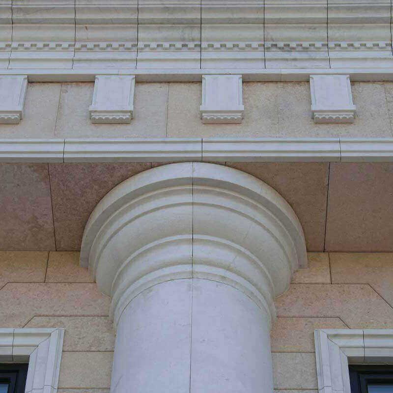 Травертиновый фасад с мраморной отделкой